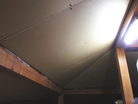 屋根裏収納 その4 天井を貼る