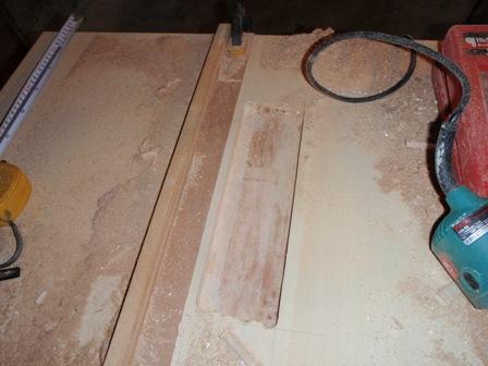 電気鋸台の板を削る